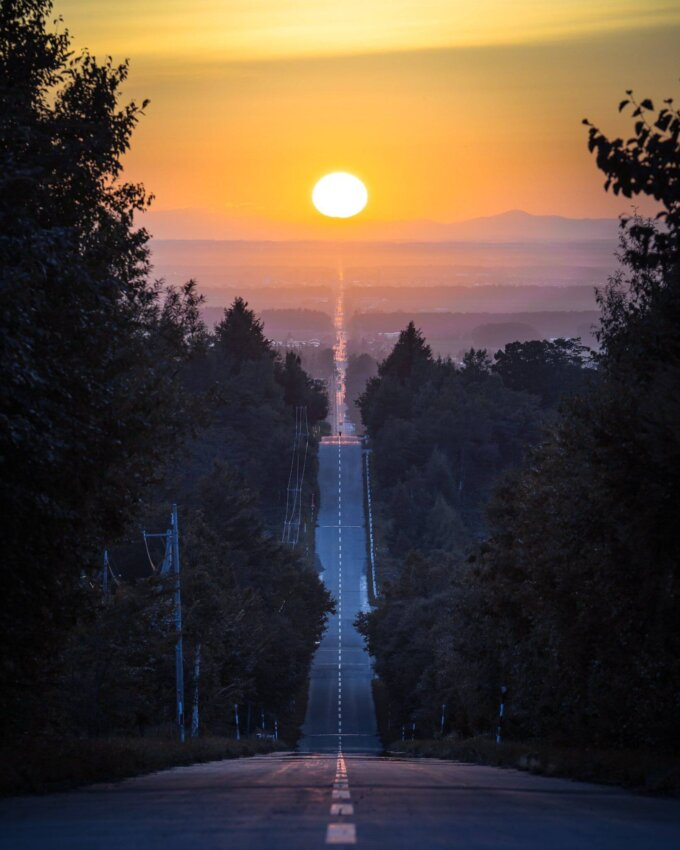 天に続く道の夕日